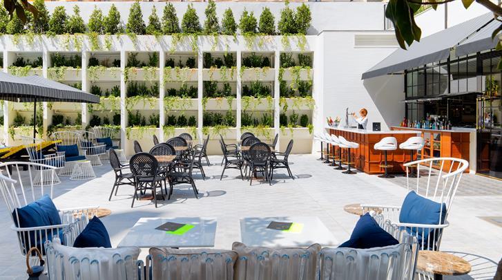 Barcelona, Hotel H10 Metropolitan, Binnentuin met bar