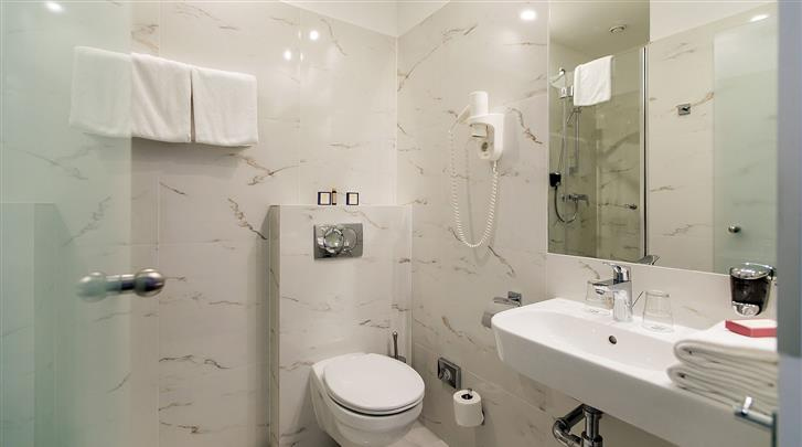 Boedapest, Hotel Roombach, Badkamer