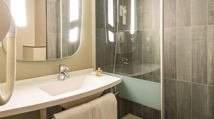 Parijs, Hotel Ibis Paris Gare du Nord Chateau Landon, Badkamer