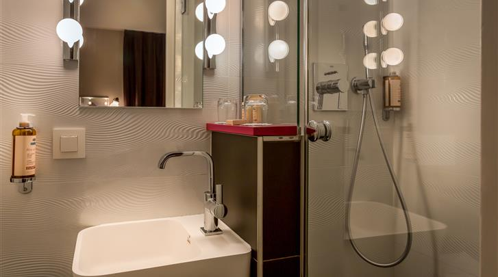 Parijs, Hotel La Parizienne, Badkamer